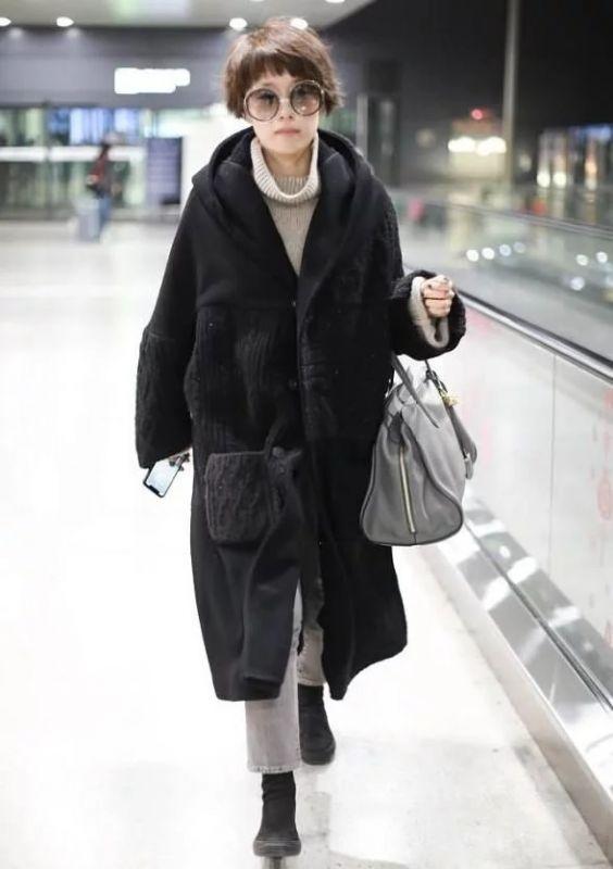 马伊琍机场穿大衣梳大妈头,一般人这样搭丑哭了